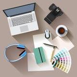 objetos electrónicos con las sombras largas usadas en la vida cotidiana de la gente moderna, estilo plano Fotos de archivo