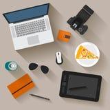 objetos electrónicos con las sombras largas usadas en la vida cotidiana de la gente moderna, estilo plano Imagenes de archivo