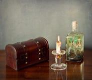 Do interior vida ainda: caixa de madeira, vela, garrafa de vidro Imagens de Stock