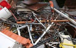 Objetos en una descarga en el reciclador que recupera el material ferroso fotos de archivo