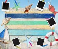 Objetos en una ejecución del tablero de madera por la playa Imagen de archivo libre de regalías