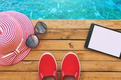 Objetos esenciales de las vacaciones de las vacaciones de verano en cubierta de madera Visión desde arriba Foto de archivo