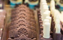 Objetos estranhos do chocolate Chocolate formado no relógio de pulso Foco seletivo fotos de stock