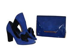 Objetos femeninos azules Charol y ante del embrague con un gol foto de archivo