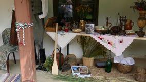 Objetos húngaros tradicionales exhibidos en un pórtico casero almacen de video