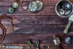 Objetos musicales y religiosos tibetanos para los rituales y la meditación Imágenes de archivo libres de regalías