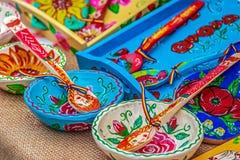 Objetos nacionales tallados y pintados con los modelos rumanos tradicionales foto de archivo libre de regalías