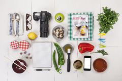 Objetos organizados de una muchacha del foodie. imágenes de archivo libres de regalías