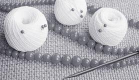 Objetos para coser Tijeras y pernos Hilo de las madejas en la estera contactos imagen de archivo