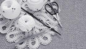 Objetos para coser Tijeras y pernos Hilo de las madejas en la estera contactos fotografía de archivo libre de regalías