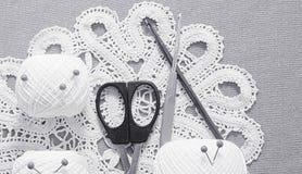 Objetos para coser Tijeras y pernos Hilo de las madejas en la estera contactos imágenes de archivo libres de regalías