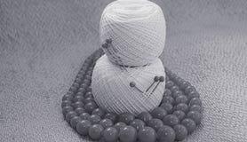 Objetos para coser Tijeras y pernos Hilo de las madejas en la estera contactos foto de archivo libre de regalías