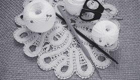 Objetos para coser Tijeras y pernos Hilo de las madejas en la estera contactos fotos de archivo libres de regalías