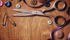 Objetos para tesouras e botões do bordado Fotografia de Stock