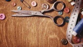 Objetos para tesouras e botões do bordado Fotos de Stock