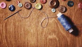 Objetos para tesouras e botões do bordado Imagens de Stock