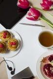 Objetos para un desayuno y negocio en una tabla Fotos de archivo libres de regalías