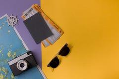 Objetos para viajar en fondo colorido Imágenes de archivo libres de regalías