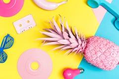 Objetos pintados funky em um fundo brilhante imagens de stock