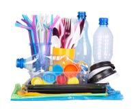 Objetos plásticos do único uso descartável que causam a poluição do ambiente fotografia de stock