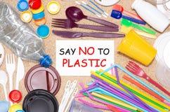 Objetos plásticos do único uso descartável que causam a poluição do ambiente foto de stock royalty free