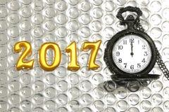 2017 objetos reales 3d en la reflexión foil con el reloj de bolsillo de lujo, concepto de la Feliz Año Nuevo Foto de archivo libre de regalías