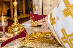 Objetos religiosos para a cerimónia de casamento imagens de stock