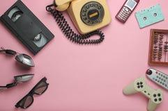 Objetos retros en fondo rosado imagen de archivo