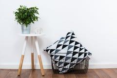 Objetos simples da decoração, interior branco minimalista imagem de stock