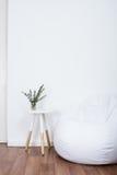 Objetos simples de la decoración, interior blanco minimalista Fotografía de archivo