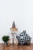 Objetos simples de la decoración, interior blanco minimalista Imágenes de archivo libres de regalías