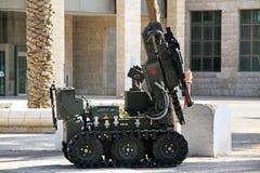 Objetos sospechosos de la limpieza de minas del robot en la calle en Be'er Sheva Foto de archivo libre de regalías