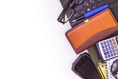Objetos usados en la oficina como marco en un fondo aislado Fotos de archivo libres de regalías