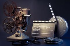 Objetos velhos do projetor e do filme de película imagens de stock
