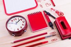 Objetos vermelhos dos artigos de papelaria na tabela Imagem de Stock Royalty Free