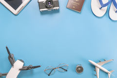 Objetos y artilugios del viaje del verano en azul Fotografía de archivo