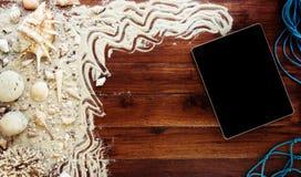 Objetos y tableta del mar en fondo de madera Todavía de la playa vida Imágenes de archivo libres de regalías