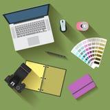 objets électroniques avec de longues ombres utilisées dans la vie quotidienne des personnes modernes, style plat Images stock