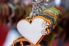 Objets décoratifs colorés en forme de coeur Photos stock