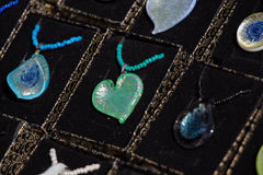 Objets décoratifs colorés en forme de coeur Photographie stock libre de droits