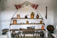 Objets dans l'intérieur à une ferme roumaine traditionnelle Photo stock