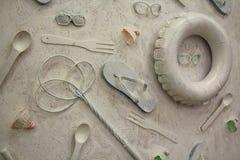 Objets de plage sur le mur dans le blanc Photos libres de droits