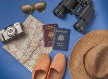Objets de vacances de voyage sur un fond Image stock