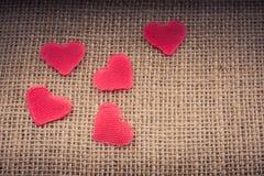 Objets en forme de coeur sur la toile photographie stock