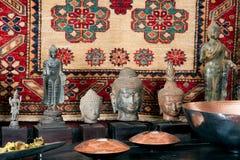 Têtes de Bouddha sur une étagère Photo libre de droits