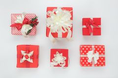 Objets plats de configuration des décorations et boîte-cadeau d'ornements des beaux photo libre de droits