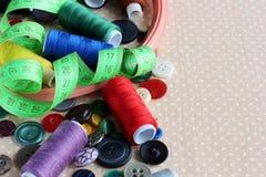 Objets pour la couture : boutons, fils, cercles et bande pour le montant éligible maximum Photos stock