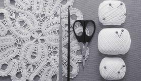 Objets pour la couture Ciseaux et goupilles Fil d'écheveaux sur le tapis broches Photographie stock