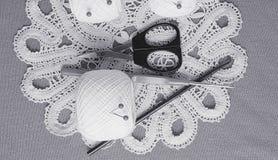 Objets pour la couture Ciseaux et goupilles Fil d'écheveaux sur le tapis broches Images libres de droits