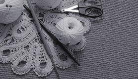 Objets pour la couture Ciseaux et goupilles Fil d'écheveaux sur le tapis broches Photo libre de droits